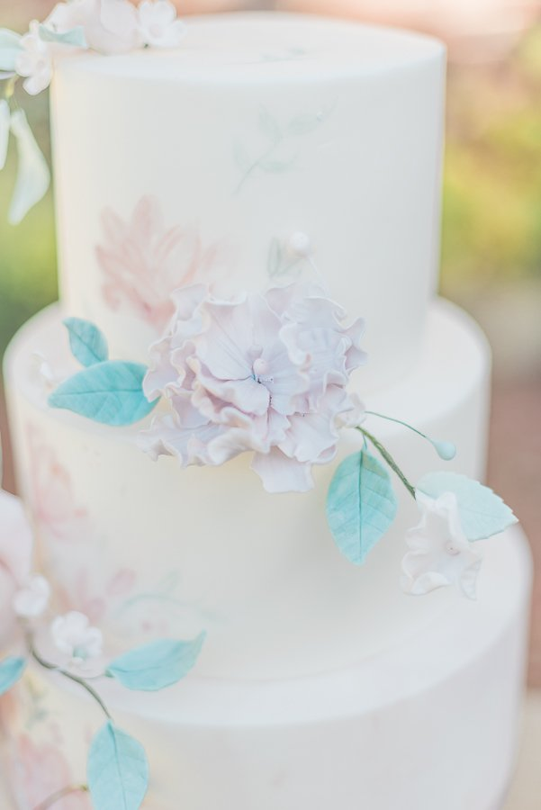 2019 wedding trend | three tier fondant wedding cake by Sadie May Cakes - Photo by Cristina Ilao Photography